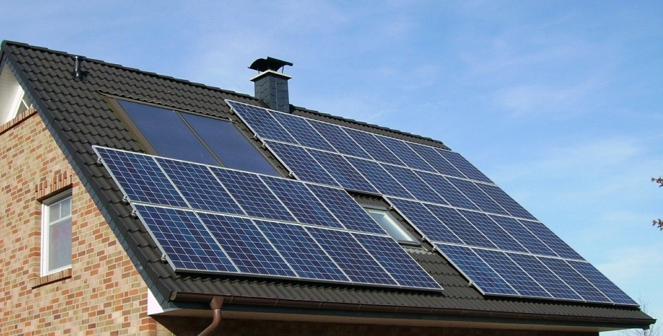 A single family home with an array of solar panels on the roof