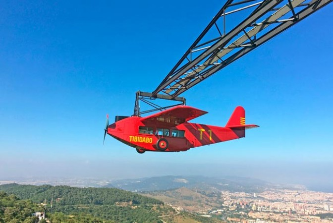 """L'avió del Tibidabo"" or Tibi-Air, l'attraction la plus connue et la plus mythique du parc d'attractions Tibidabo, Barcelone, Catalogne. https://www.tibidabo.cat/en/home"