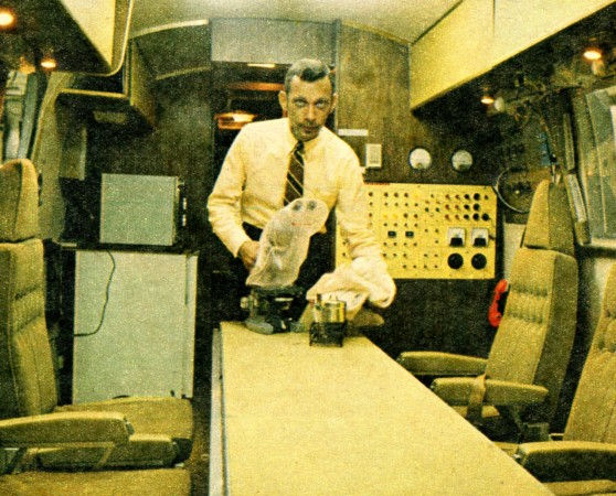 Le Dr. William Richard Carpentier dans la remorque Airstream convertie connue sous le nom de Mobile Quarantine Facility. Tom Alderman, « Canada's men on the Moon shot. » Star Weekly, 28 juin 1969, 6.