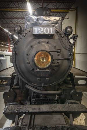 Vue frontale de la locomotive 1201 du CP, de son grand phare et de sa plaque « 1201 ».