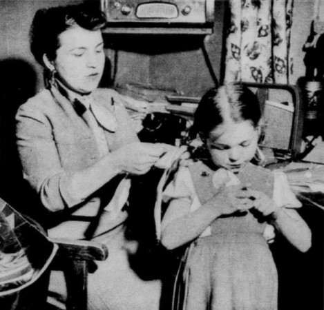 "Soviet astrophysicist Alla Genrikhovna Masevich and her daughter, Natasha Josifovna Friedlander. Sam Schecter, ""Deux Canadiens en Russie – Rencontres avec l'élite russe."" Le Soleil / Perspectives, 26 September 1959, 11."
