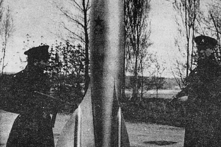 The model of the Soviet rocket made for the French film À pied, à cheval et en Spoutnik. Anon., « À la conquête de la lune… » Photo-Journal, 23 to 30 August 1958, 8.