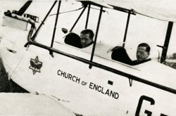 "Le révérend Leonard Daniels, sur le siège avant du de Havilland Moth qu'il pilote en Australie. Anon. ""The Church of England Takes to the Air!"" Air Travel News, janvier-février 1928, 20."