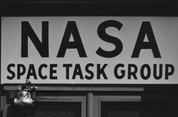 Un signe qui se lit : NASA Space Task Group.